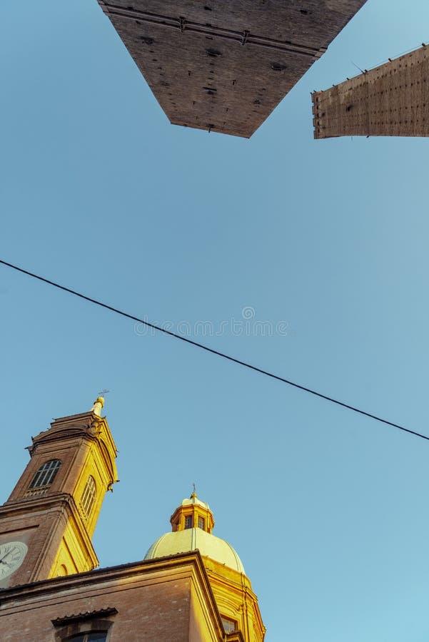 Die Ansicht über den berühmten Turm im Bologna, Italien stockbilder