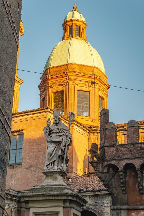 Die Ansicht über den berühmten Turm im Bologna, Italien stockfoto