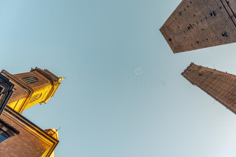 Die Ansicht über den berühmten Turm im Bologna, Italien lizenzfreie stockfotos