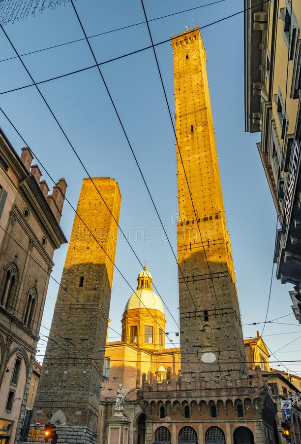 Die Ansicht über den berühmten Turm im Bologna, Italien lizenzfreies stockfoto