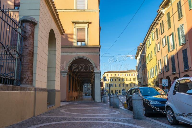 Die Ansicht über die Straße im Stadtzentrum von Bologna, Italien lizenzfreies stockfoto
