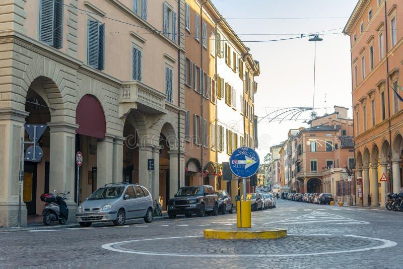 Die Ansicht über die Straße im Stadtzentrum von Bologna, Italien stockfotos