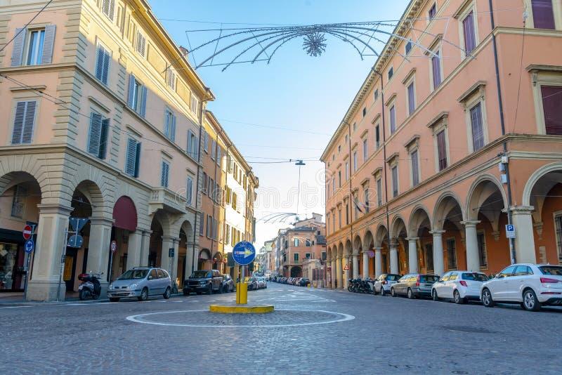 Die Ansicht über die Straße im Stadtzentrum von Bologna, Italien lizenzfreies stockbild