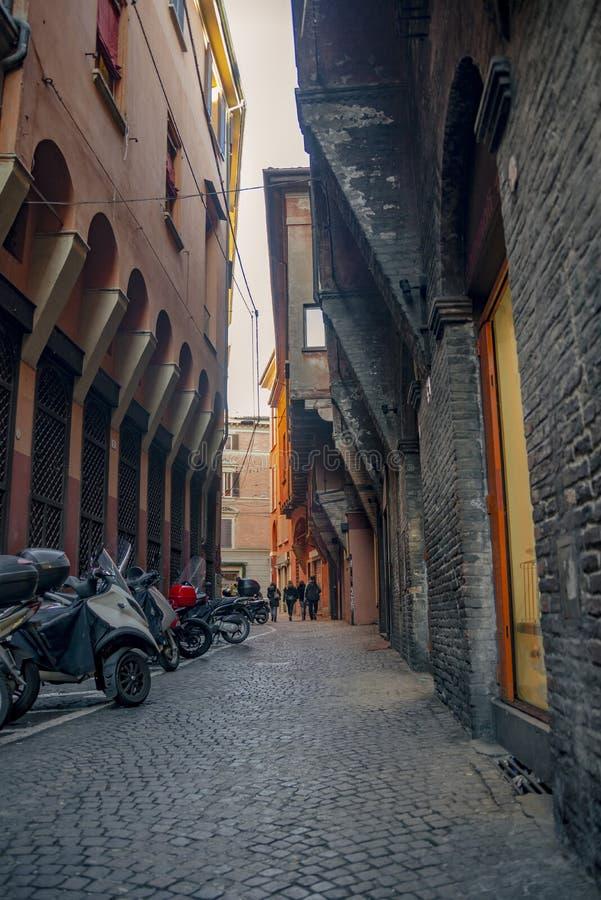 Die Ansicht über die Straße im Stadtzentrum von Bologna, Italien lizenzfreie stockfotografie