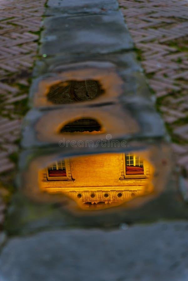 Die Ansicht über die Straße im Stadtzentrum von Bologna, Italien lizenzfreie stockbilder