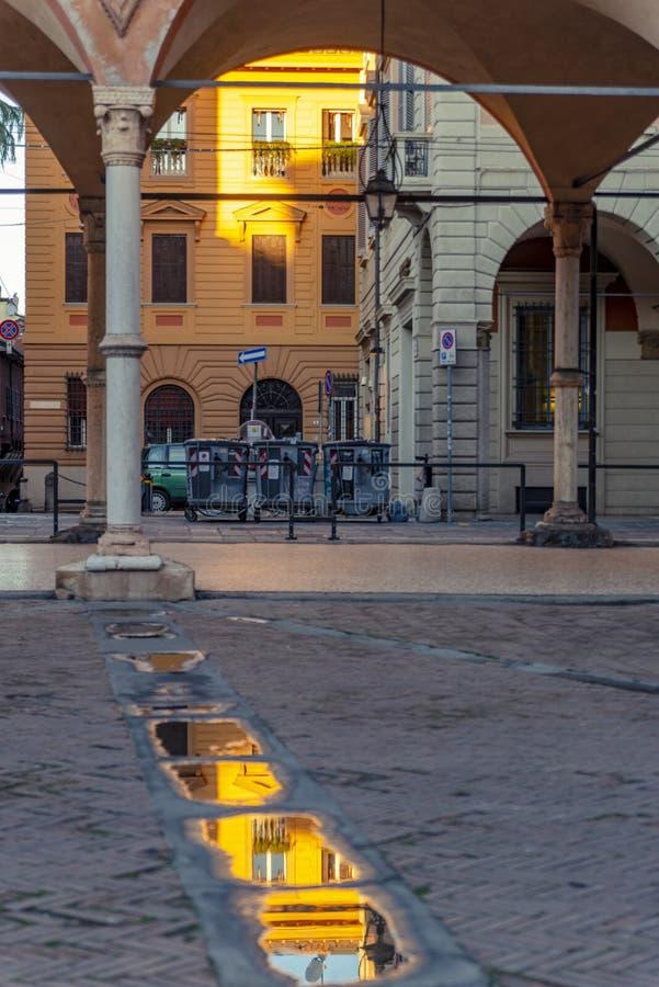 Die Ansicht über die Straße im Stadtzentrum von Bologna, Italien stockbilder