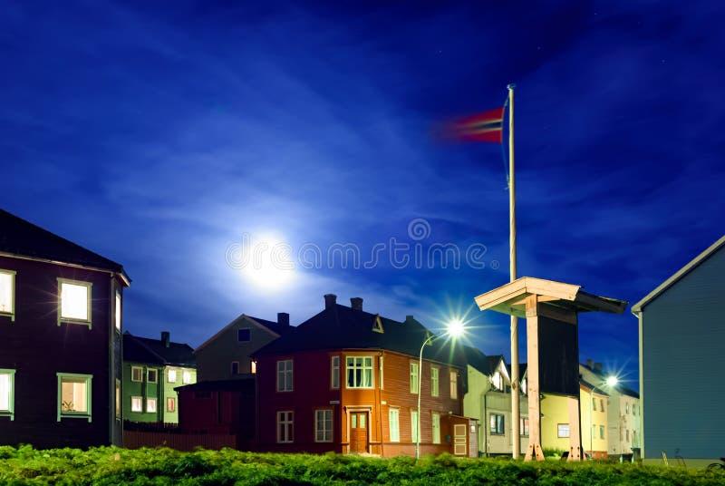 Die Ansicht der Straße der kleinen norwegischen Nordstadt nachts stockbild