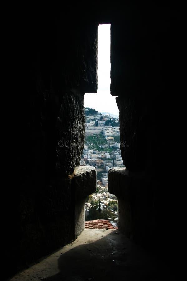 Die Ansicht durch den Embrasure in der Festungswand von Jerusalem stockbild