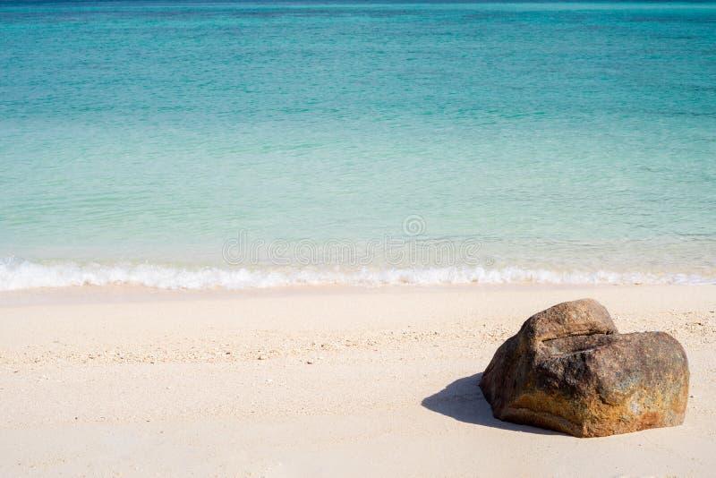 Die Ansicht eines Felsens auf dem tropischen Strand lizenzfreies stockbild