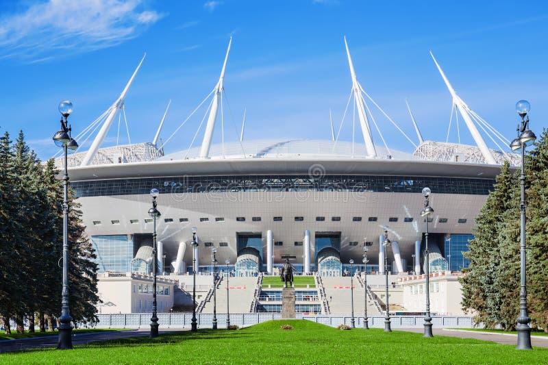 Die Ansicht neuen Fußball St- Petersburgstadions (Krestovsky) in St Petersburg für den Weltcup lizenzfreie stockbilder