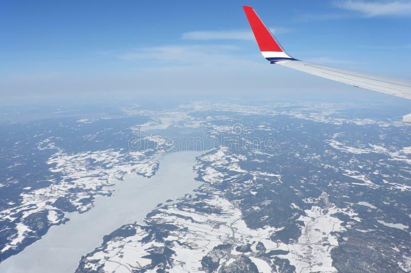 Die Ansicht von den Flugzeugen zum norwegischen Winter gestalten landschaftlich lizenzfreie stockfotos