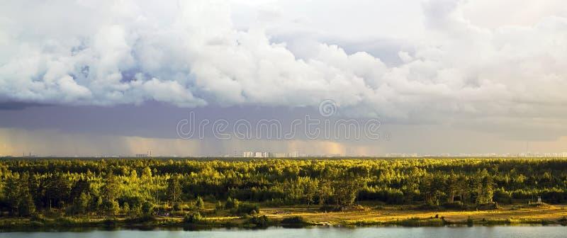 Die Ansicht von den Höhen des Waldes und vom komplexen Wohnnovaya Okhta, das Dorf von Murino mit Regenwolken St. lizenzfreie stockfotos