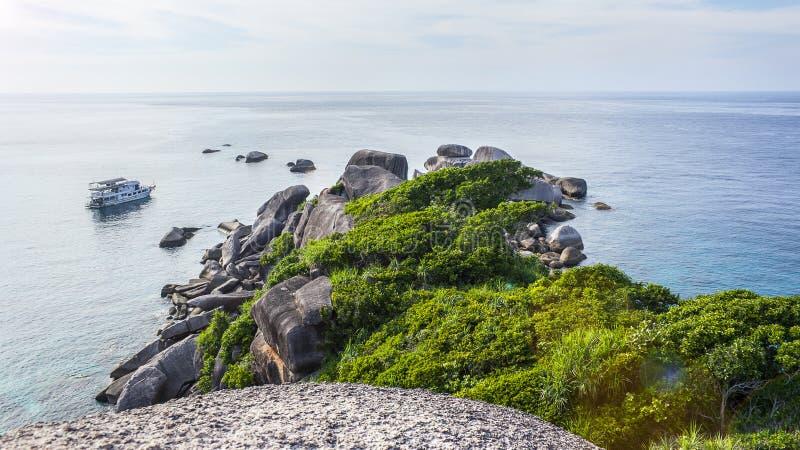 Die Ansicht von den Klippen auf der achten der Similan-Inseln in Thailand stockfoto