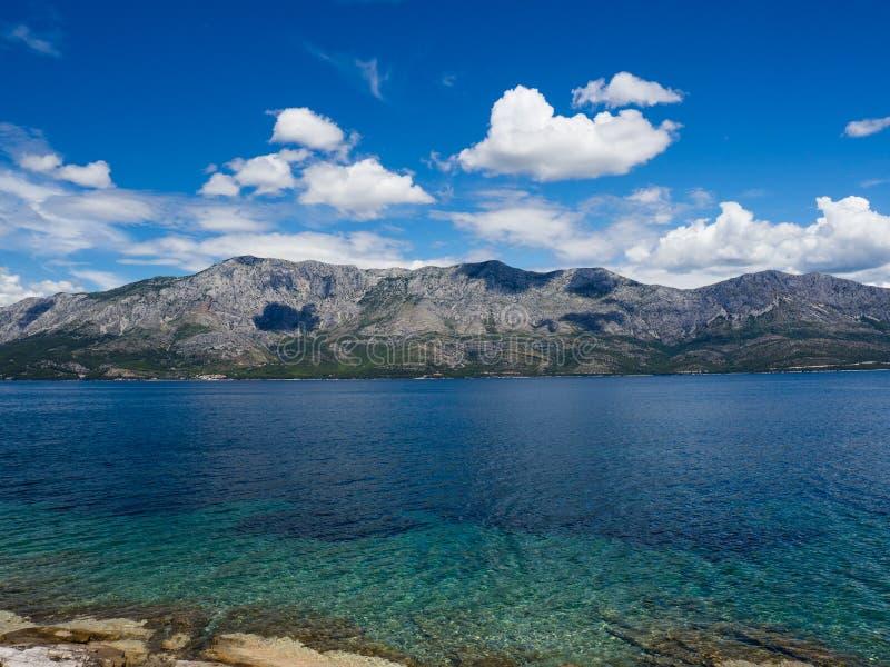 Die Ansicht von der Küste auf Hvar-Insel, Kroatien auf Makarska Riviera stockbilder