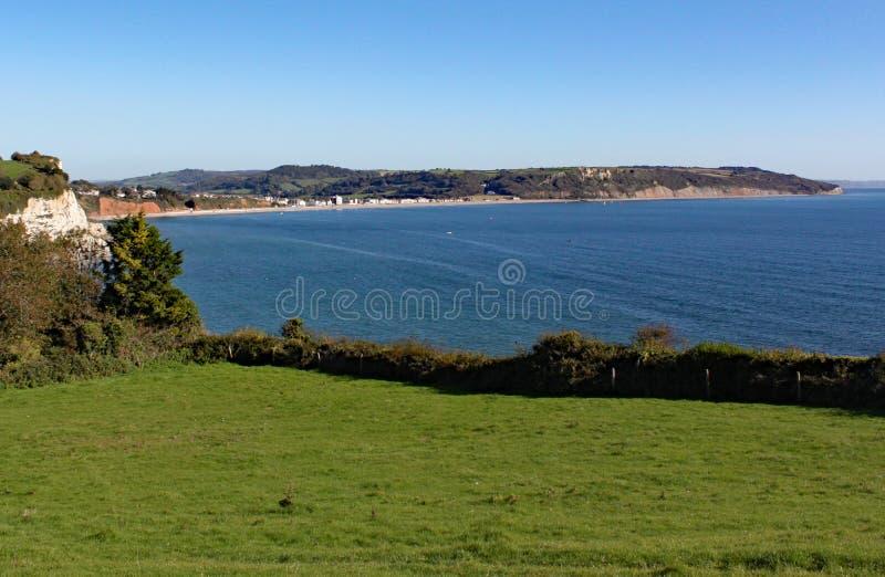 Die Ansicht von Seaton Bay vom kleinen Devon-Küstendorf des Bieres stockbild