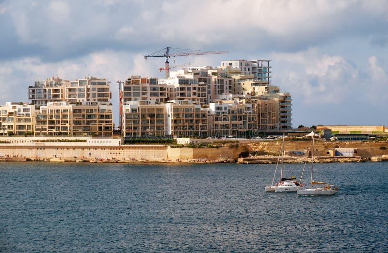 Die Ansicht von Sliema-Stadtskylinen von Valletta über Marsamxett stockbild