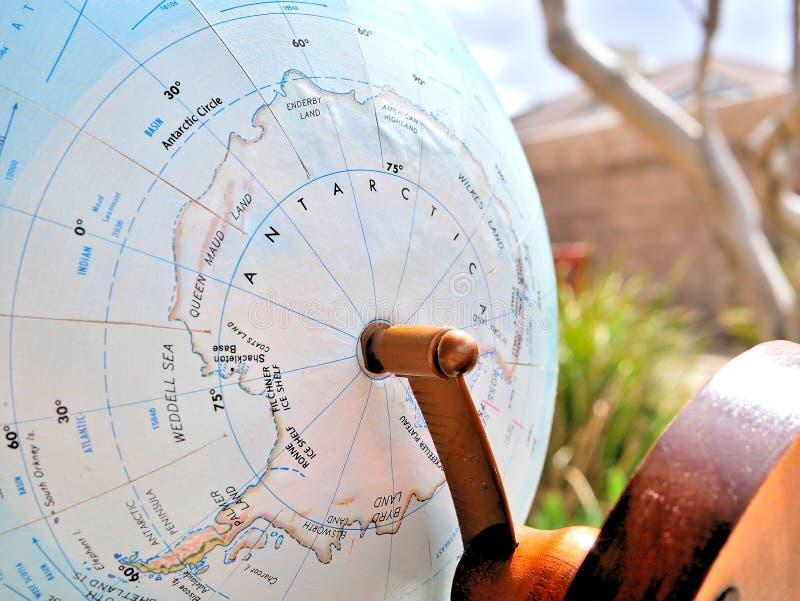 Die Antarktis-Fokusmakroschuß auf Kugelkarte für Reiseblogs, Social Media, Websitefahnen und Hintergründe stockbilder