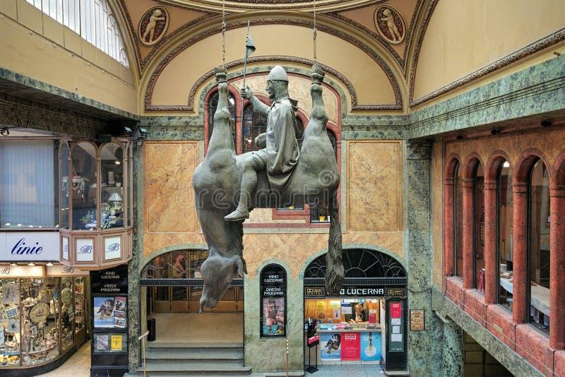 Die anti--Vaclav Skulptur im Lucerna-Palast von Prag lizenzfreies stockbild