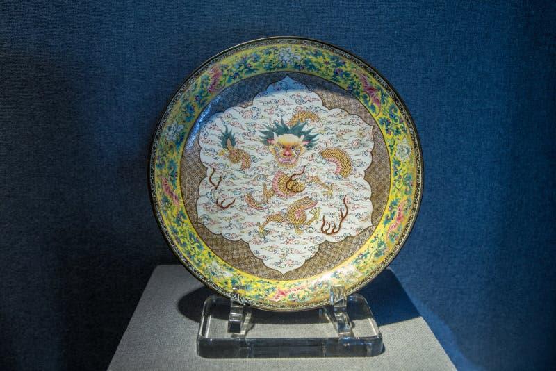 Die Antike Qing Emperor Qianlongs 1735, emailliertes kupfernes gelbes Pfingstrosenbrokat Medaillon wickelte Wolkendrachediskette  lizenzfreie stockbilder