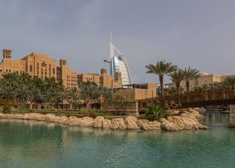 Die arabisch-ähnlichen Malle in Dubai stockfoto