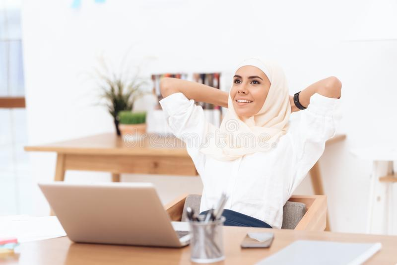 Die arabische Frau im hijab entspannt sich stockbilder