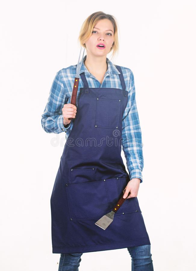 Die Arbeit der Frau, die hart ist Vater und Kinder mit Fahrr?dern Picknickgrill Nahrung, die Rezept kocht Frauengriff-K?chenger?t stockbild