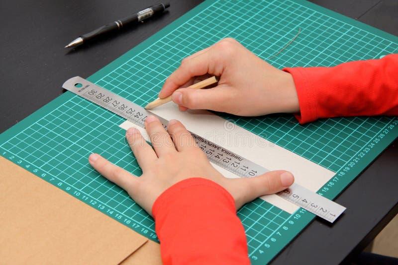Die Arbeit der Hände mit einem Machthaber und einem Bleistift stockfotos