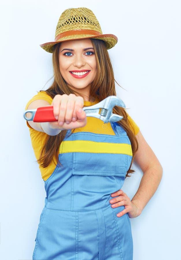 Die Arbeitnehmerin, die einen Fachmann trägt, kleidet Overall lizenzfreie stockfotos
