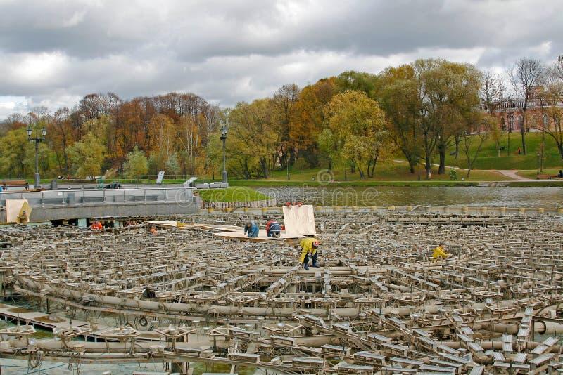 Die Arbeitskräfte produzieren die Bewahrung des Brunnens für den Winter in Tsaritsyno-Park in Moskau stockfotos