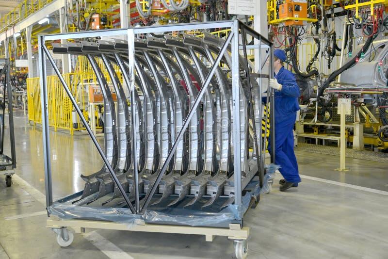 Die Arbeitskraft transportiert Sonderkommandos eines Körpers des Autos beim Schweißen SH lizenzfreies stockbild