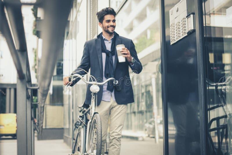 Die Arbeitstaganfänge mit Kaffee stockbild