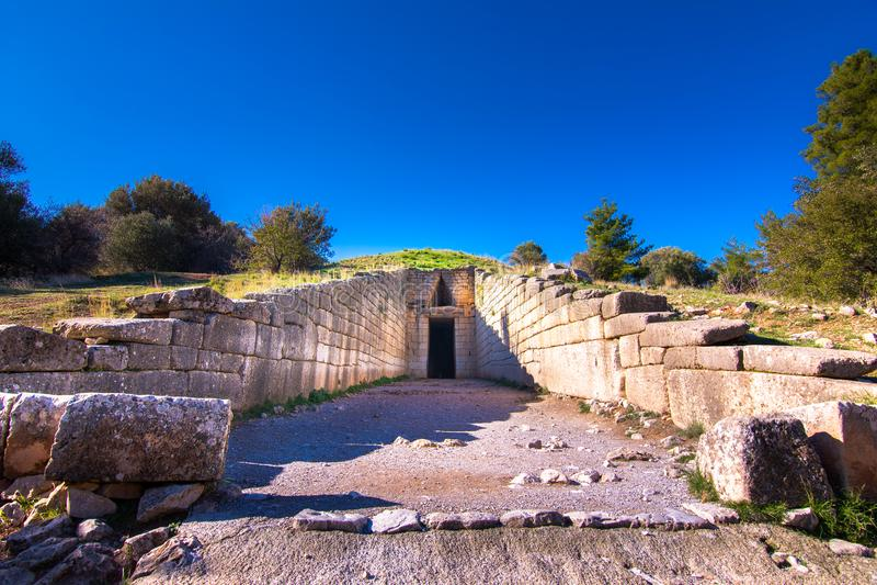 Die archäologische Fundstätte von Mycenae nahe dem Dorf von Mykines, mit alten Gräbern, riesigen Wänden und dem berühmten Löwetor lizenzfreies stockbild