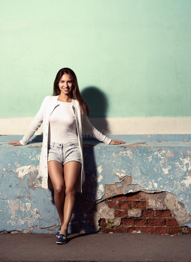 Die Art und die Mode Getontes Porträt im vollen Wachstum, schöne junge Frau nahe der vibrierenden Farbe stockbild