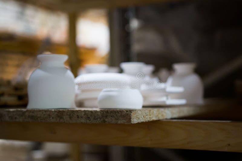 Die Artikel des Lehms gemacht durch den Beleg, der unter Verwendung des Gipses sich bildet, formt einen Meister mit 13 Jahren Erf stockbilder