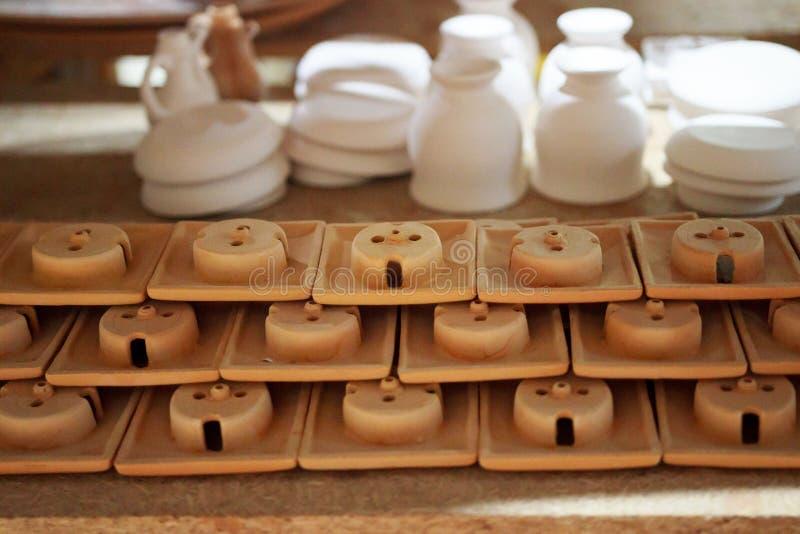 Die Artikel des Lehms gemacht durch den Beleg, der unter Verwendung des Gipses sich bildet, formt einen Meister mit 13 Jahren Erf stockbild