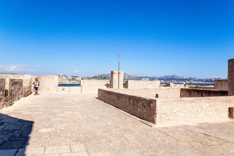 Die Artilleriebatterie des Schlosses auf der Insel von wenn Im Hintergrund Marseille, Frankreich lizenzfreies stockfoto