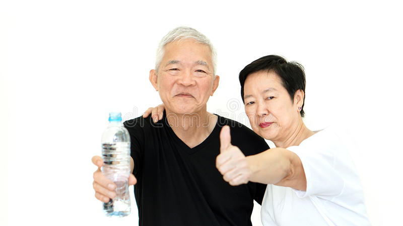 Die asiatischen älteren Paare, die Wasserflasche halten, bleiben Hydrat für Gesundheit stockbilder