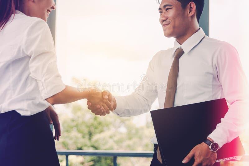Die asiatischen Leute des Geschäfts, die Hand rütteln und beenden, am Heraus oben sich zu treffen lizenzfreie stockfotos
