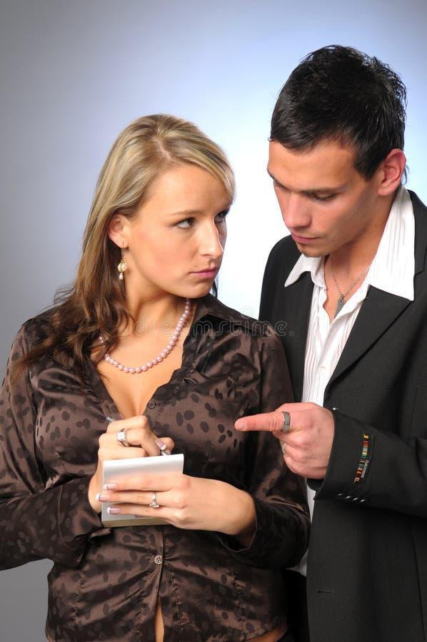 Die attraktiven jungen Manager in der formalen Klage lizenzfreies stockfoto