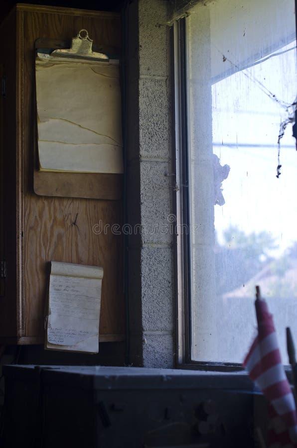 Die Aufgabenliste im alten schmutzigen Shopfenster stockfotografie