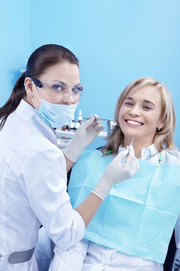Die Aufnahme war am Zahnarzt stockfotografie