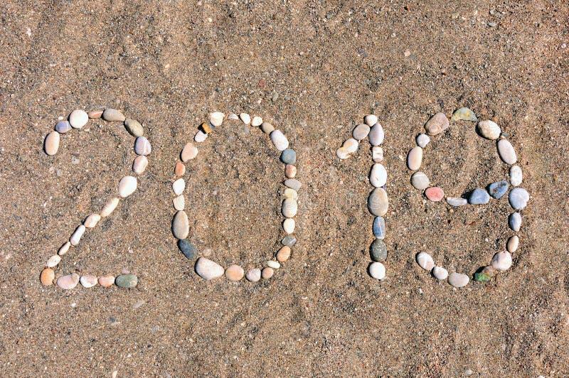Die Aufschrift '2019 'ausgebreitet durch Seekiesel auf dem Sand des Strandes Sommerbeschriftung auf der Küste lizenzfreie stockfotos