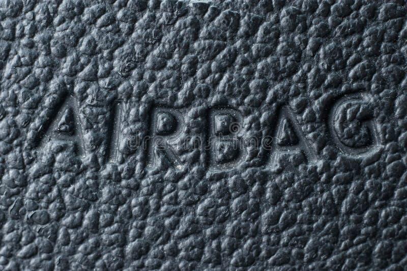 Die Aufschrift auf dem Lederlenkrad über den Airbag auf der Luft stockfotografie