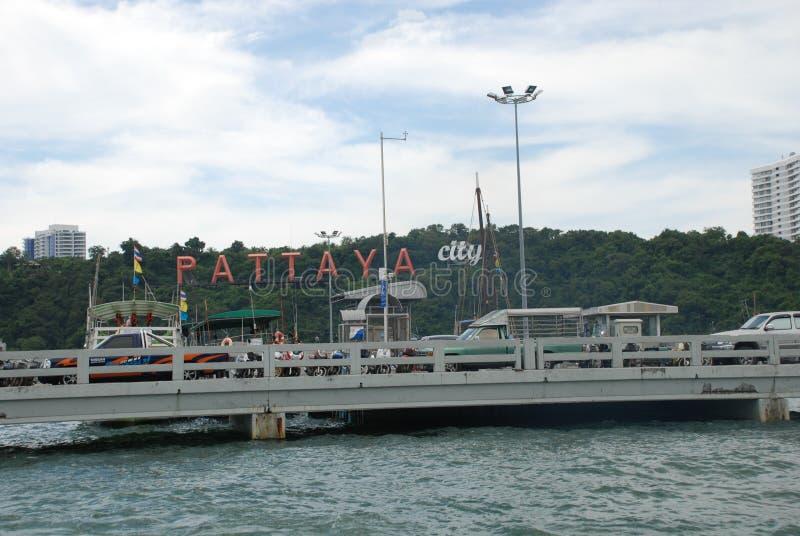 die Aufschrift der Stadt von Pattaya durch das Meer lizenzfreie stockfotografie