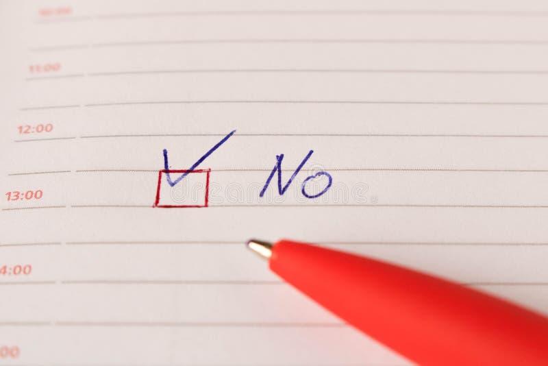 Die Aufschrift NEIN mit einem Häkchen und einem Stift auf einem Leerbeleg Das Konzept des Widerspruchs lizenzfreie stockfotos