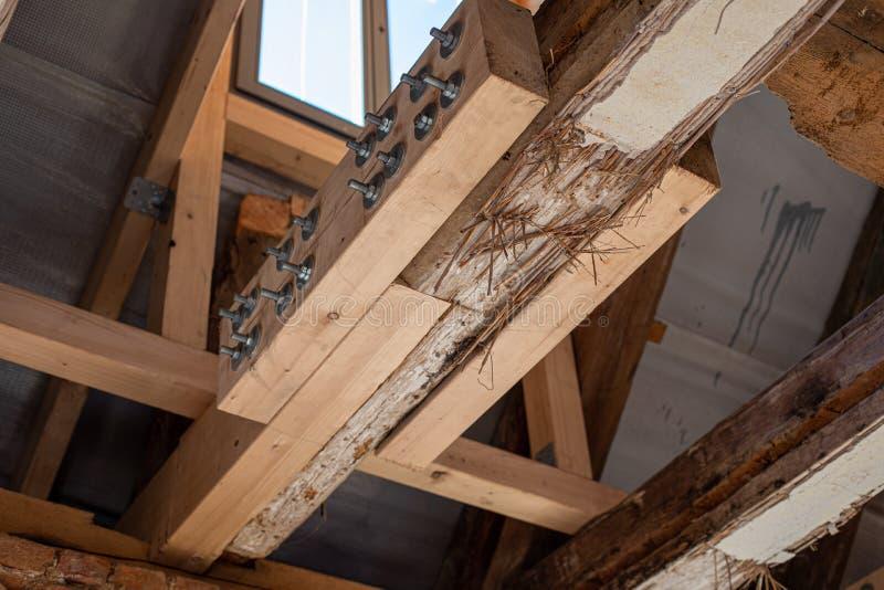 Die aufwändige Arbeit eines alten Hauses wird wiederhergestellt, wobei alte Balken durch neue verstärkt werden lizenzfreie stockfotografie