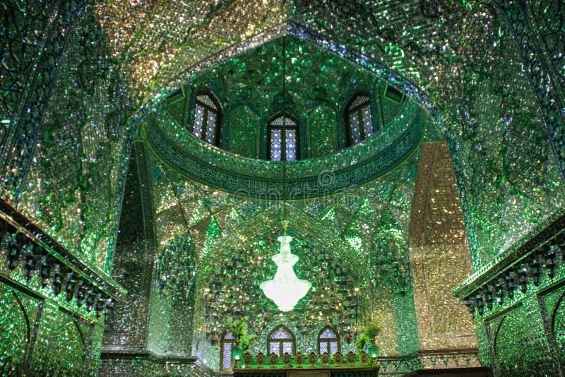 Die ausgezeichnete Sch?nheit der Schah--e-Cheraghschreinmoschee, verziert im Gr?n mit zahlreichen Spiegeln in Shiraz, der Iran lizenzfreies stockbild