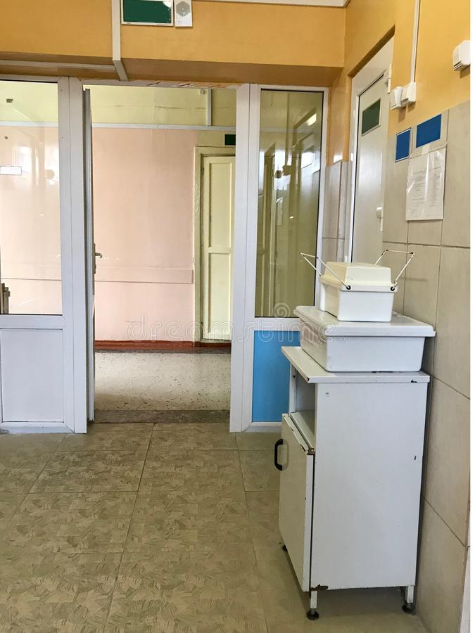 Die Ausrüstung des alten Krankenhauses Im Korridor ist ein Nachttisch und Behälter für die sammelnden und tragenden Tests stockfoto