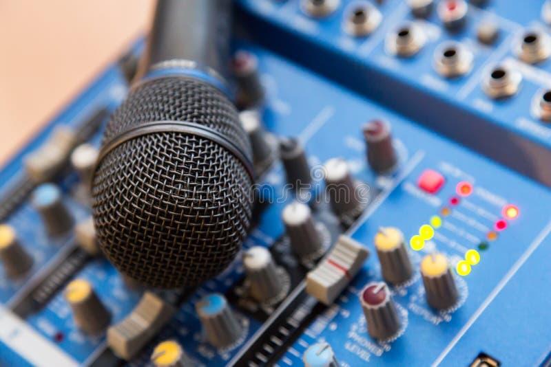 Die Ausrüstung für das Notieren Mikrofon, das auf solidem mischendem Brett liegt stockbild