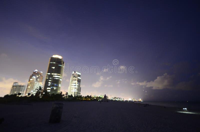 Die Aussicht auf den Strand von Miami ist nachts großartig. stockfotografie